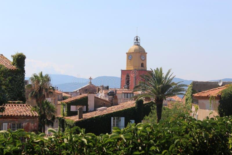 Widok kafelkowi dachy i dzwonnica kościół Saint Tropez Dziejowe ulicy Saint Tropez tonięcie w greenery obraz stock