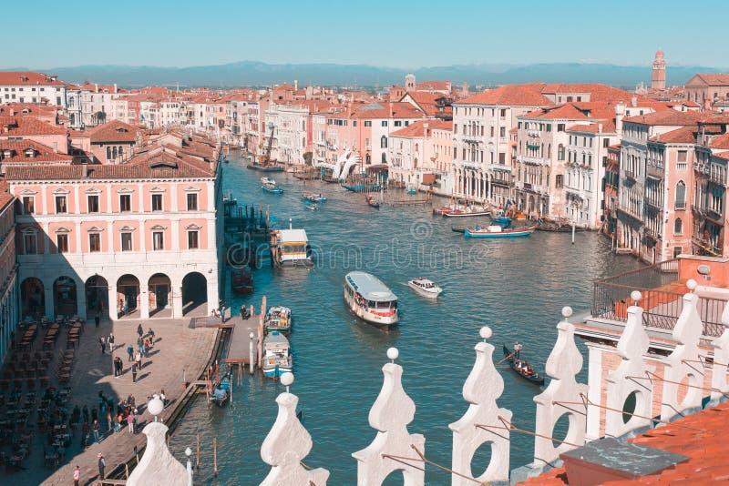 Widok kanał grande z żeglowanie statkami, domami z czerwonymi dachami i górami w odległości, jaskrawy słoneczny dzień w Wenecja zdjęcia stock