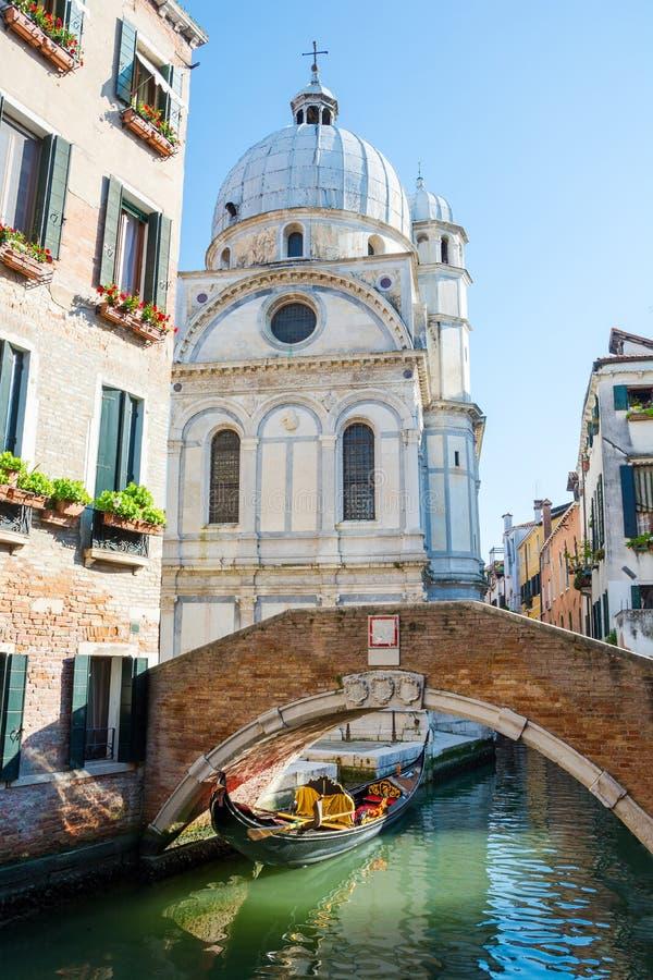 Widok kanał, most i kościół Santa Maria dei Miracoli, Wenecja, Włochy zdjęcia stock