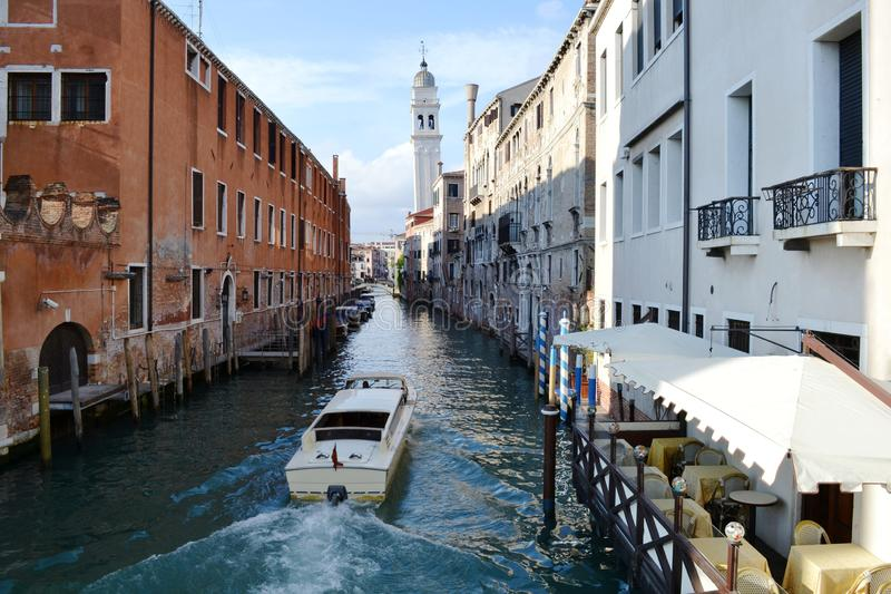 Widok kanał w Wenecja z restauracją i motorboat chodzeniem fotografia royalty free