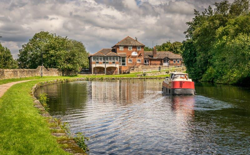 Widok kanału Leeds Liverpool z barką w Blackburn fotografia stock