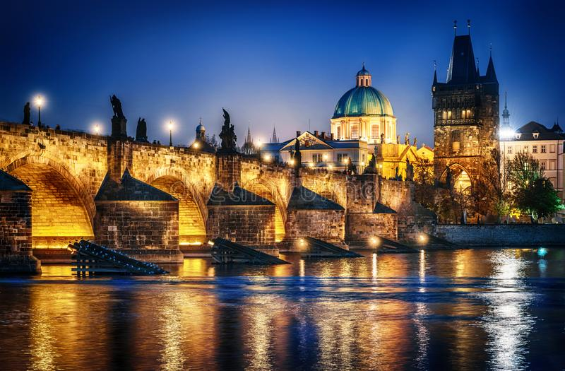 Widok kasztel i Charles most Prague republika czeska obraz royalty free