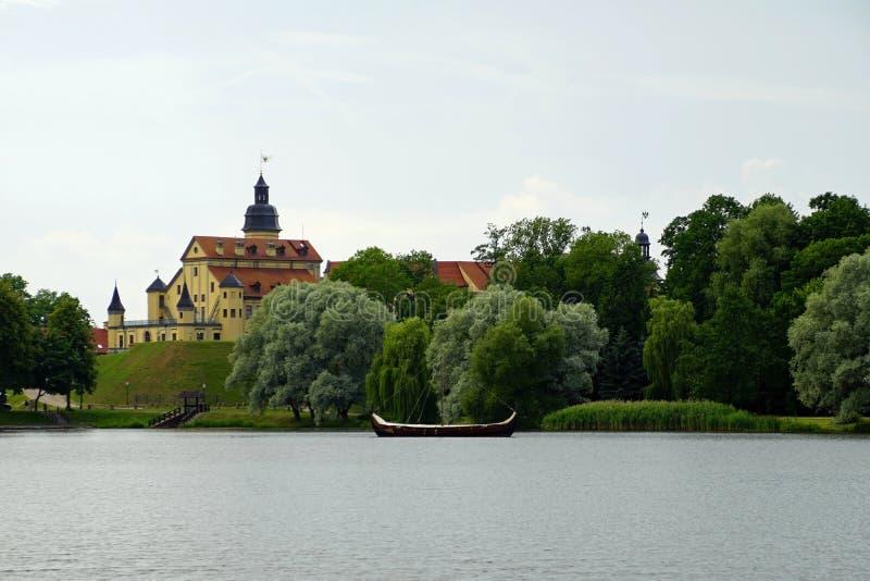 Widok kasztel w Nesvizh od stawu obraz royalty free