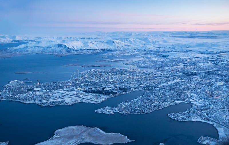 Download Widok Keflavik Miasto W Zimie Przez Samolotowego Okno Obraz Stock - Obraz złożonej z airline, niebo: 106919571