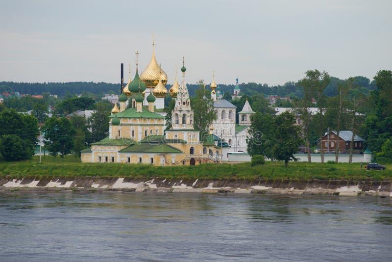 Widok kościół narodzenie jezusa John baptysta na Volga chmurnym Lipa dniem Uglich, Złoty pierścionek Rosja zdjęcia royalty free