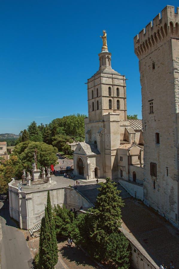 Widok kościół z steeple wierza obok pałac Popes Avignon fotografia stock