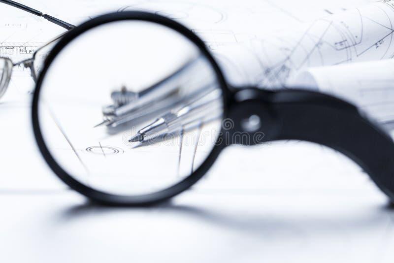 Widok kompas przez powiększać - szkło fotografia stock