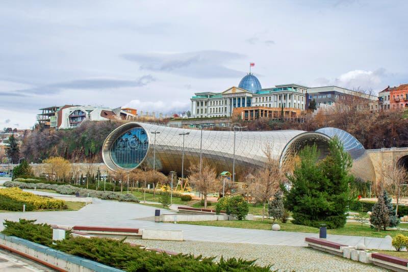 Widok Koncertowej muzyki Theatre Powystawowy Hall w Rike parku i oficjalna rezydencja Gruziński prezydent w Tbilisi, Gruzja zdjęcia royalty free
