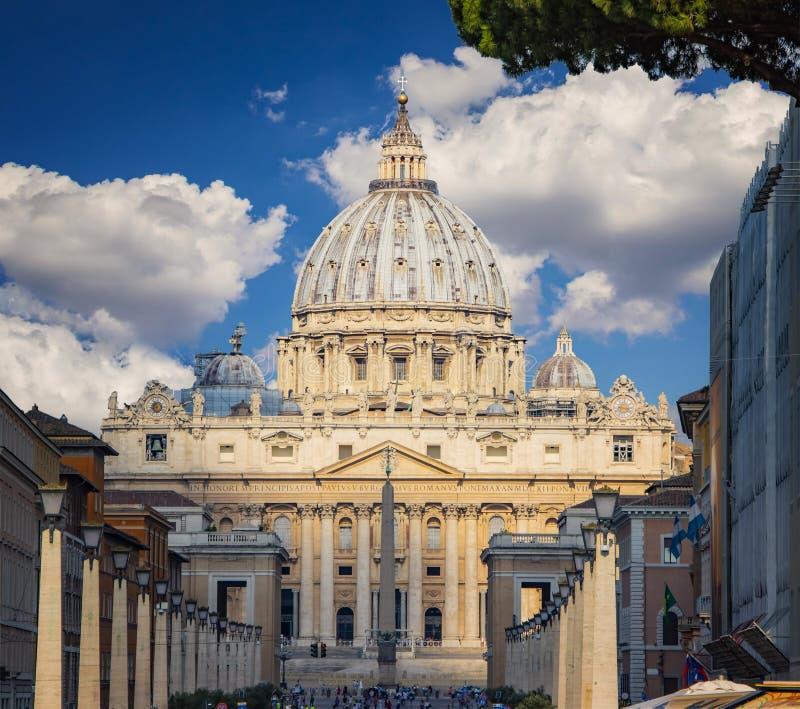 Widok kopuły St Peter& x27; s i Watykan w Rzym przy słonecznym dniem w Watykan zdjęcie stock