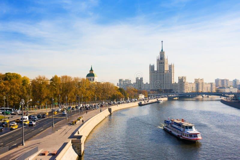 Widok Kotelnicheskaya bulwar, rzeka i wieżowiec, Moskwa, Rosja zdjęcia stock
