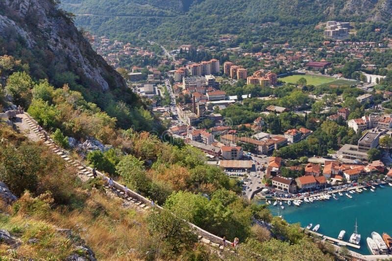 Widok Kotor droga Kotor forteca i miasto Montenegro zdjęcia stock
