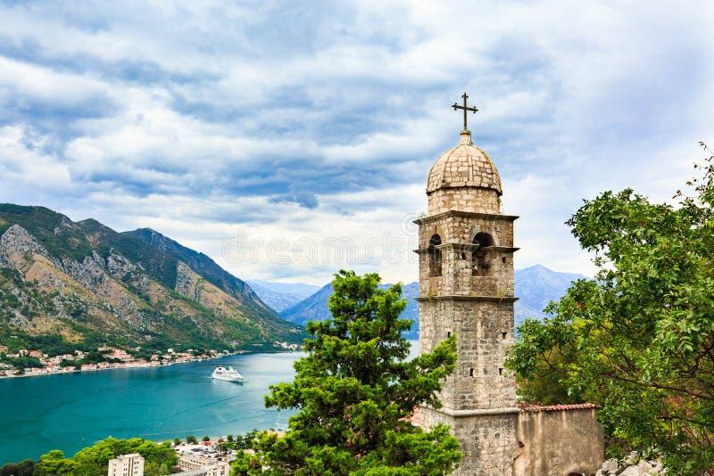 Widok Kotor miasto, kościół Nasz dama remedium, morza śródziemnomorskiego i góry krajobraz w zatoce Kotor, Montenegr zdjęcia stock