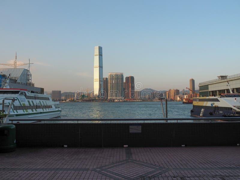 Widok Kowloon linia horyzontu od Wiktoria schronienia Wiele promy odjeżdżają od Wiktoria zdjęcia stock