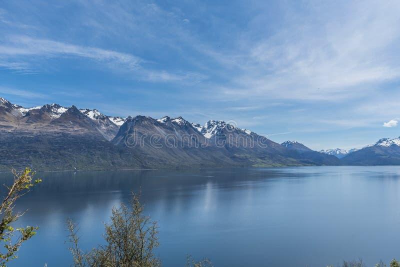Widok krajobraz jeziorny Wakatipu, Queenstown, Nowa Zelandia Odbitkowa przestrze? dla teksta fotografia stock