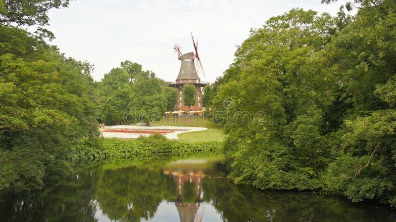 Widok krajobraz z starym wiatraczkiem w parku z stawu, miasto ogródem, Bremen, Niemcy zdjęcie royalty free