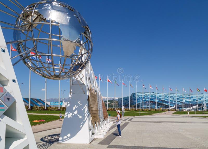 Widok kruszcowa kula ziemska na ścianie zwycięzcy XXII olimpiady w Sochi Olimpijskim parku obrazy royalty free