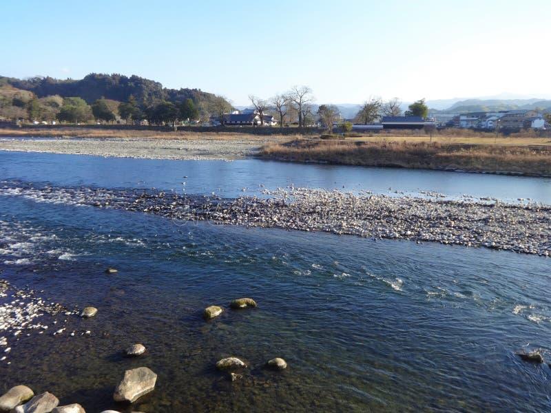 Widok Kuma rzeka od banka w Hitoyoshi mieście, Japonia obrazy stock