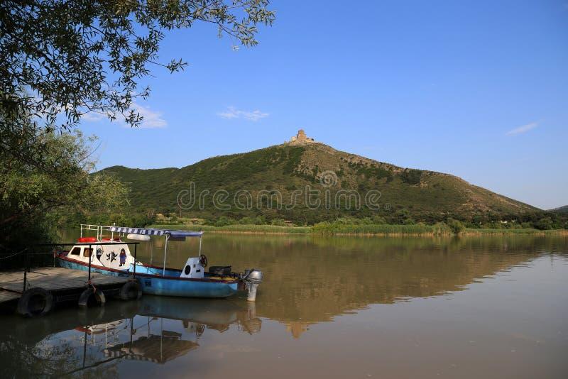Widok Kura Jvari i rzeki monaster zdjęcia stock