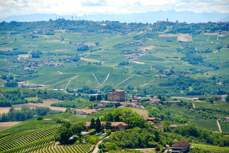 Widok Langhe wzgórza z kasztelem Grinzane Cavour fotografia stock