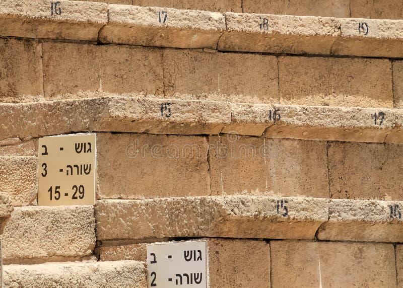 Widok licz?cy siedzenia w teatrze Caesarea na ?r?dziemnomorskim wybrze?u zdjęcie stock