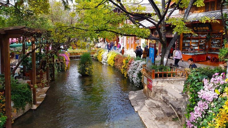 Widok Lijiang z kanałem Lijiang, Yunnan, Chiny obraz royalty free