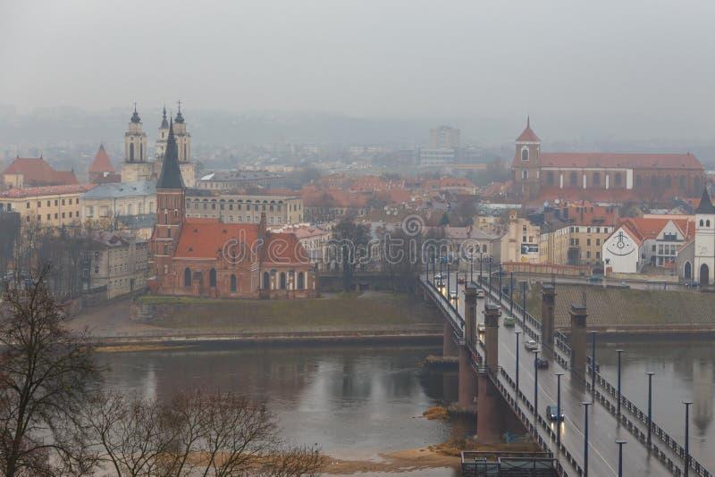 Widok Litewski miasto Kaunas na mgłowym dniu obraz stock