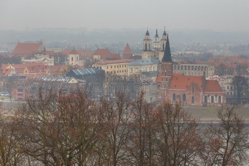 Widok Litewski miasto Kaunas na mgłowym dniu fotografia stock