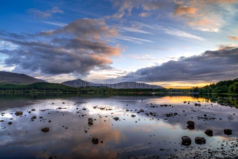 Widok Loch Morlich przy półmrokiem zdjęcia royalty free