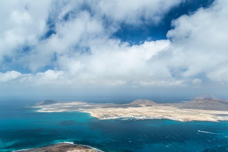 Widok los angeles Graciosa, widzieć od Mirador del Rio, Lanzarote, wyspy kanaryjskie, Hiszpania obrazy stock