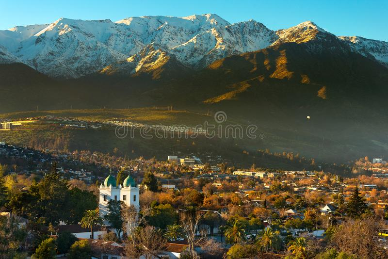 Widok Los Dominicos sąsiedztwo i Los Dominicos kościół z Los Andes pasmem górskim jako tło obrazy royalty free
