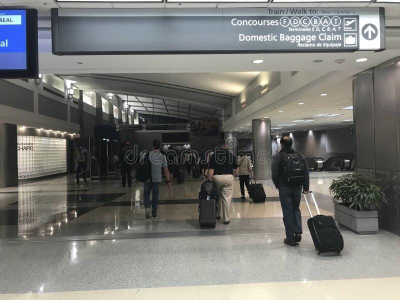 Widok lotnisko: Pasażery przewodzi concourses i bagażowy żądanie obrazy royalty free