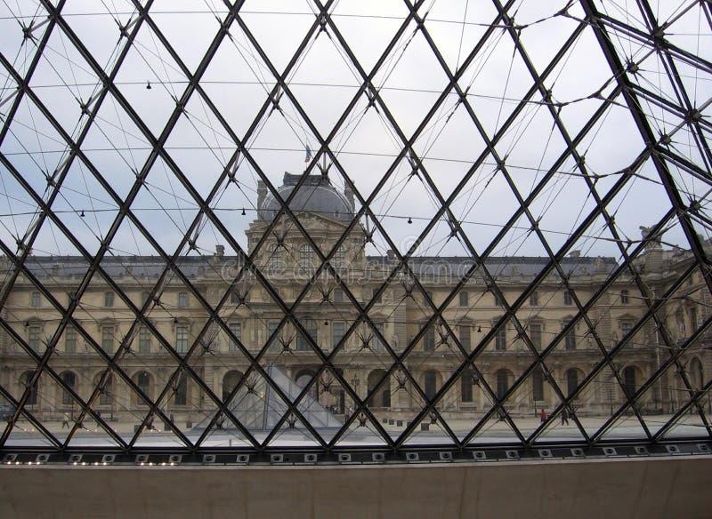 Widok louvre muzeum z wewnątrz ostrosłupa Paryski Francja muzeum zdjęcia stock