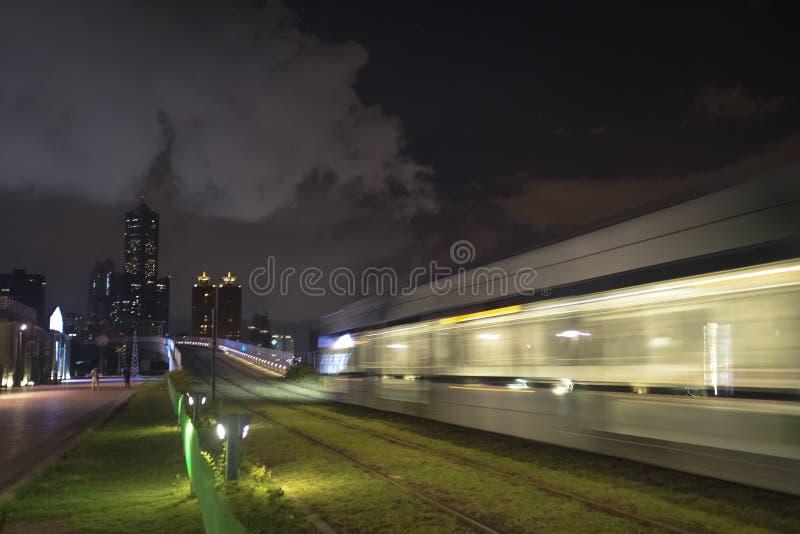 Widok LRT światła poręcza transport w Kaohsiung mieście, Tajwan Gdy ja przechodzi przy nocą zdjęcie royalty free