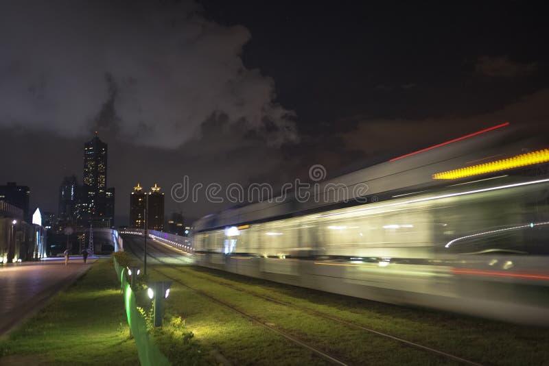 Widok LRT światła poręcza transport w Kaohsiung mieście, Tajwan Gdy ja przechodzi przy nocą fotografia royalty free
