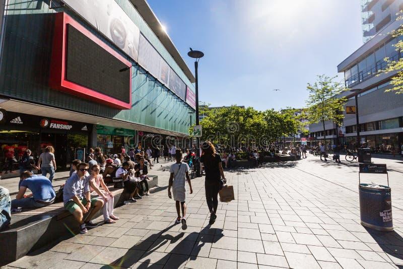 Widok ludzie robiący zakupy przy zakupy uliczny Binnenwegplein zdjęcie royalty free