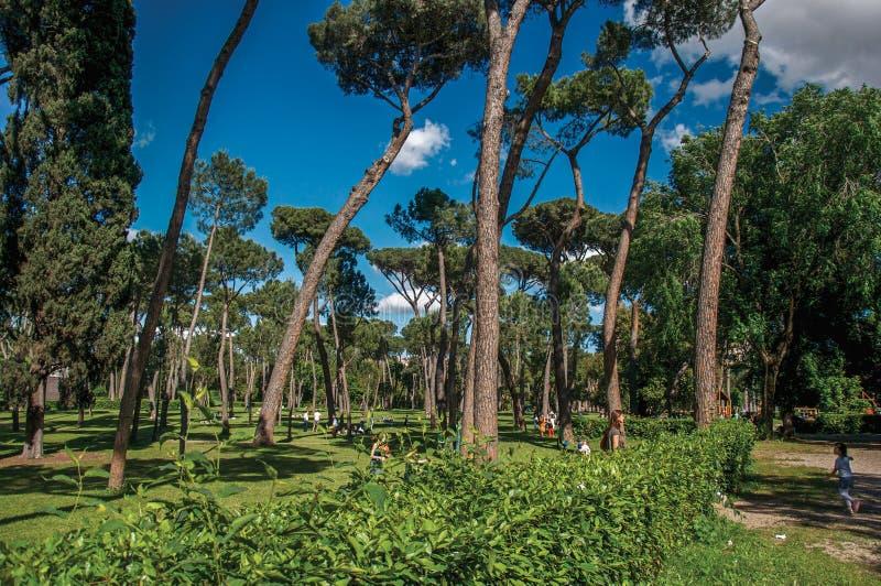 Widok ludzie w parku willa Borghese na słonecznym dniu w Rzym zdjęcie stock