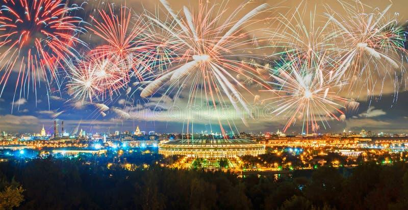 Widok Luzhniki stadium Moskwa od Wróblich wzgórzy Olimpijska noc i fotografia royalty free