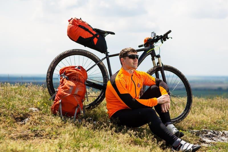 Widok młody człowiek Z bicyklem na lata tle fotografia royalty free