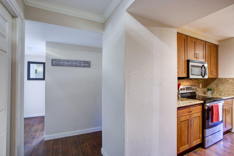 Widok Małej galery kuchenny projekt od białego korytarza zdjęcie stock