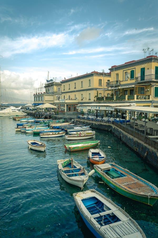 Widok mały marina turystyczny schronienie blisko Castel Nuovo i obrazy royalty free