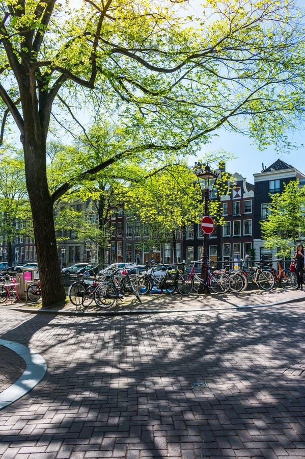 Widok mały miasto kwadrat i most nad Amstel kanałem w Amsterdam, holandie fotografia royalty free
