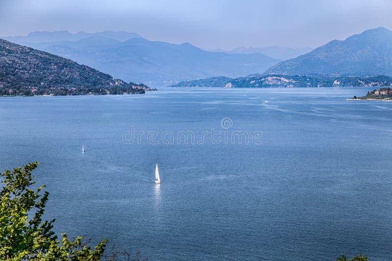 Widok Maggiore jezioro, Lago Maggiore, krajobraz od Arona miasteczka, Włochy obraz royalty free
