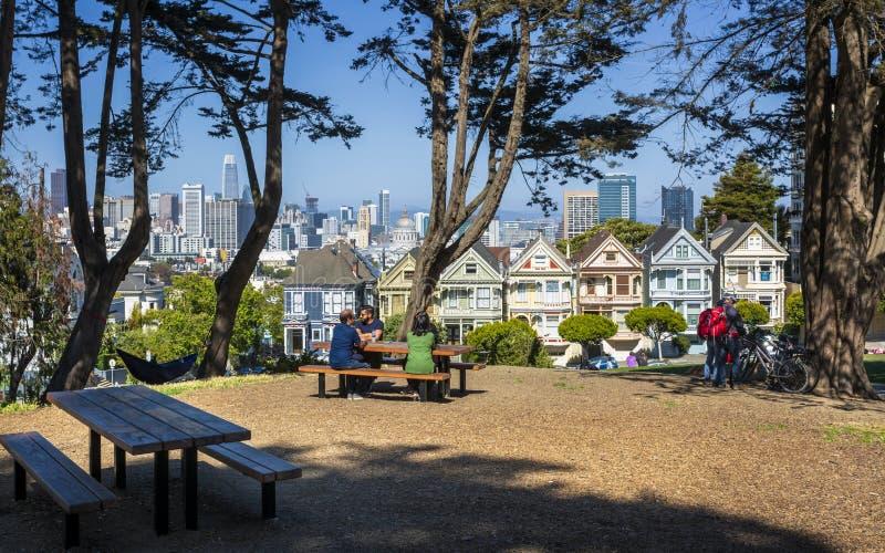 Widok Malowałyśmy damy, Wiktoriańscy drewniani domy, Alamo kwadrat, San Francisco, Kalifornia, Stany Zjednoczone Ameryka fotografia royalty free