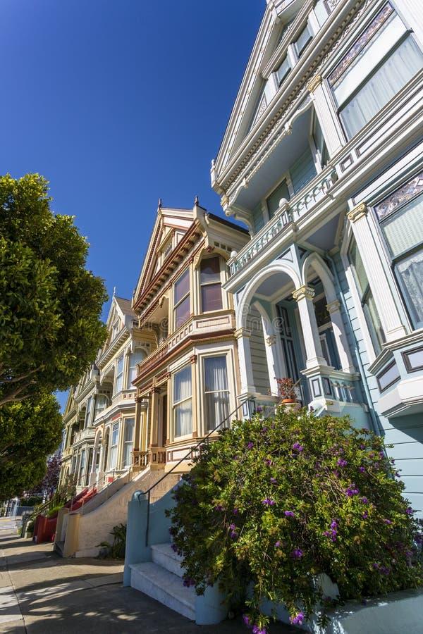 Widok Malowałyśmy damy, Wiktoriańscy drewniani domy, Alamo kwadrat, San Francisco, Kalifornia, Stany Zjednoczone Ameryka obraz stock