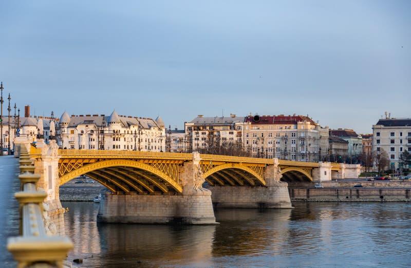 Widok Margaret most nad Danube zaświecał promieniami położenia słońce W Budapest, Węgry zdjęcie royalty free