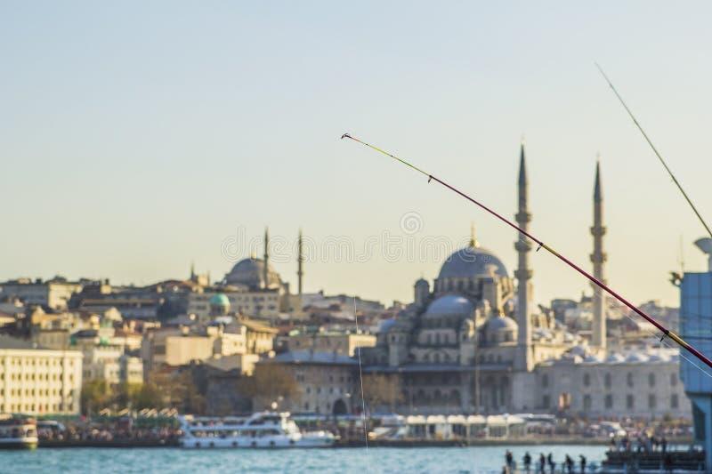 Widok meczet od Galata mosta i Eminonu obrazy royalty free