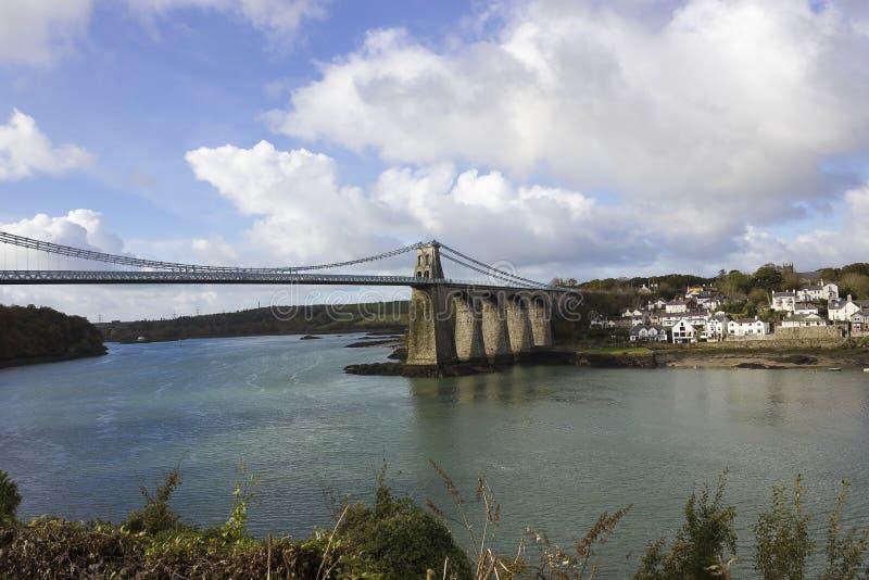 Widok Menai zawieszenia most, Menai cieśnina & miasteczko Menai most, Anglesey, Północny Walia obraz stock