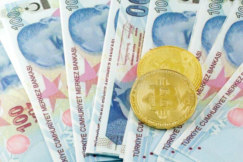 Widok metali bitcoins nad Tureckiego lira banknotami i obraz stock