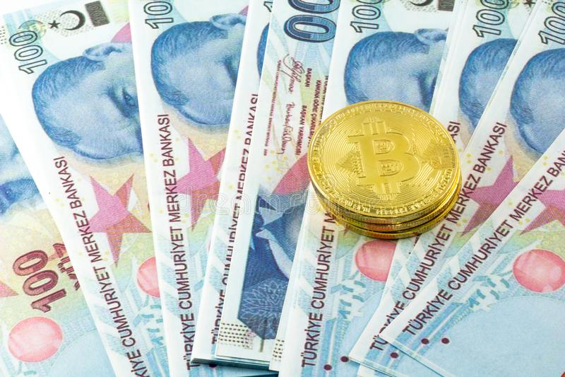 Widok metali bitcoins nad Tureckiego lira banknotami i fotografia stock
