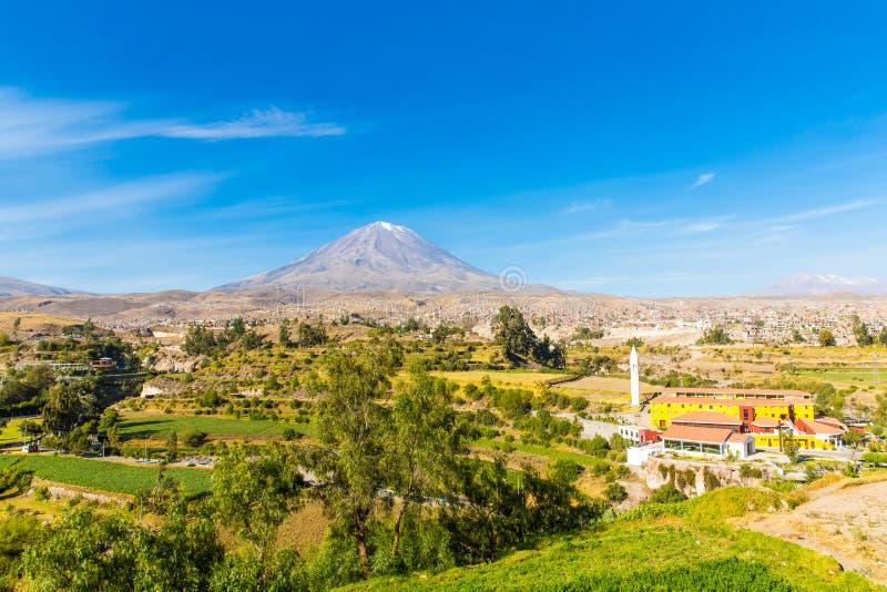 Widok Mglisty wulkan w Arequipa, Peru, Ameryka Południowa obraz royalty free